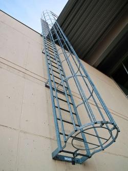 Металлические вертикальные пожарные лестницы
