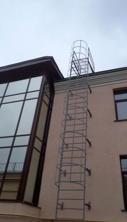 наружная вертикальная противопожарная лестница на крышу