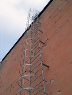 уличная вертикальная лестница эвакуации при пожаре