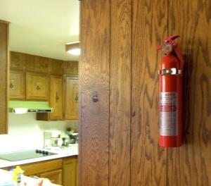 огнетушитель на стене