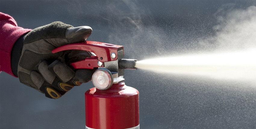 Можно ли тушить человека огнетушителем и как