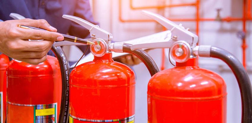 Какой огнетушитель лучше: порошковый или углекислотный, в чем разница